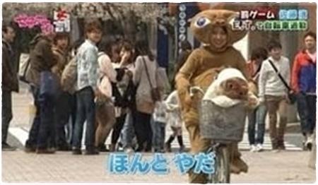 E.T.のコスプレで自転車通勤する佐藤渚