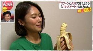 バナナアートを持つ小林由未子