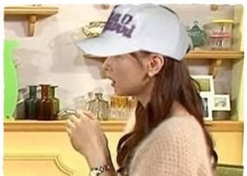 皆藤愛子の横向き画像に帽子を合成したもの