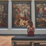 女性と美術館・博物館のイメージ