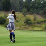 ゴルフをプレーする女性